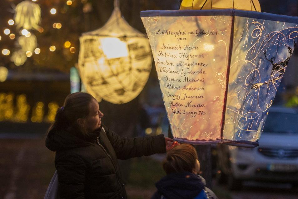 Danach sehen sich die Besucher: Licht und weihnachtliche Stimmung, auch auf dem Dorfanger von Kötzschenbroda.