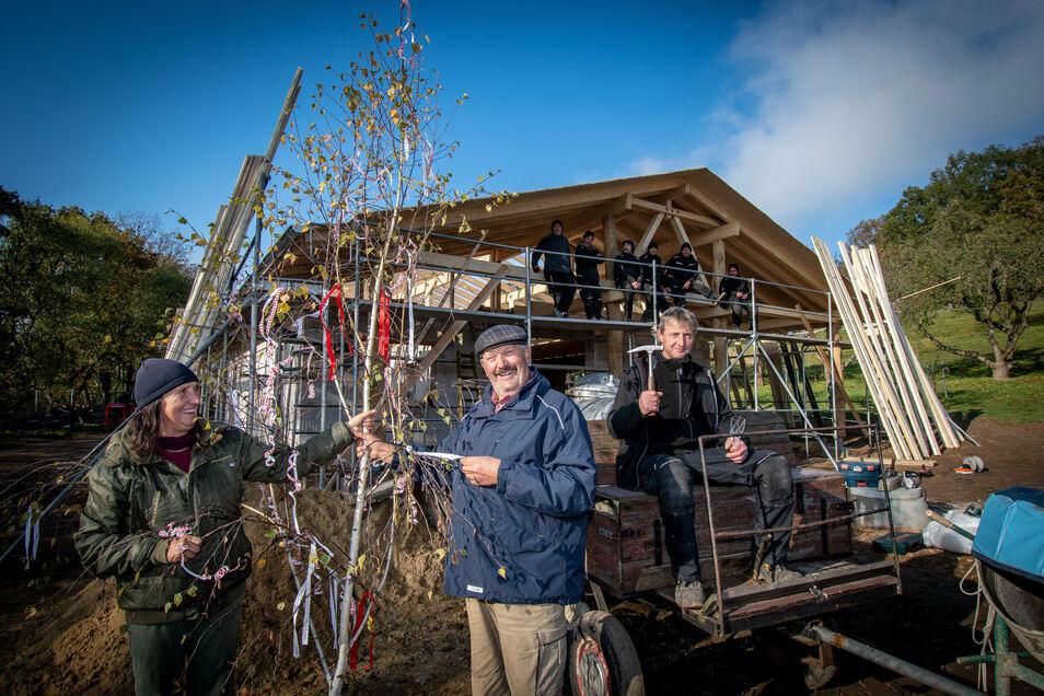 Mit nur wenigen Handwerkern haben die Bauherren Elsbeth und Jürgen Pohl am Dienstag Richtfest für ihren Schulbauernhof in Klosterbuch gefeiert.
