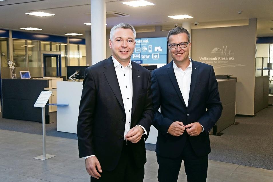 Sie sind die Gesichter der Volksbank Riesa: Markus Ziron (43/l.) und Kai-Uwe Schulz (46) sind die Vorstände der Volksbank, die ihren Hauptsitz an der Hauptstraße hat. Geschäftsstellen gibt es auch in Großenhain, Gröditz, Oschatz, Mügeln und Dahlen.