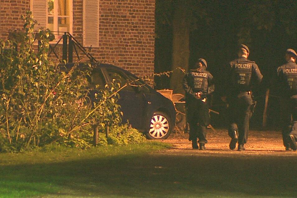 Auf dem Areal einer Eventagentur in Goch am Niederrhein ist die Polizei nach dem Verdacht auf Freiheitsberaubung mit größerem Aufgebot angerückt.