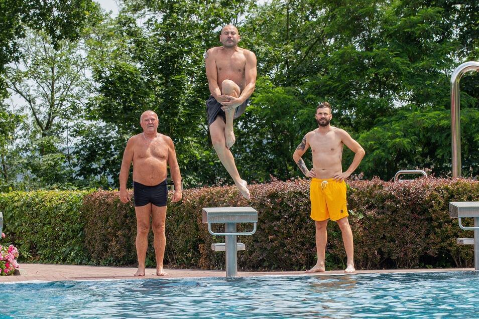 Drei Männer im Heidenauer Bad: Rene Dietrich (Mitte) springt als Erster. Bruder Marko (r.) und Vater Heiko sind als Nächste dran.
