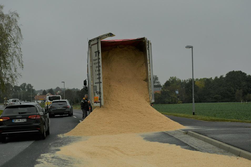 Ein polnischer Lastzug verliert seine geladenen Sägespäne auf der B 115 in Kodersdorf. Die Türen des Sattelaufliegers öffneten sich während der Fahrt.