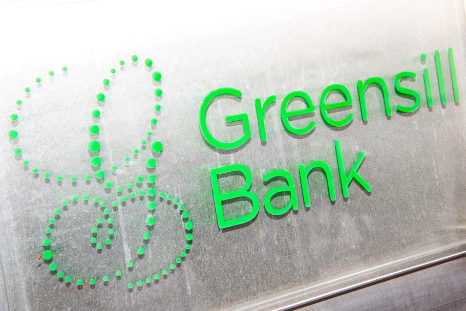 Das Firmenschild der Greensill Bank am Eingang der Bremer Privatbank. Sie gehört zum britisch-australischen Finanzkonglomerat Greensill. Rund 500 Millionen Euro hat die Bank bei Kommunen und anderen Gläubigern nun Schulden.