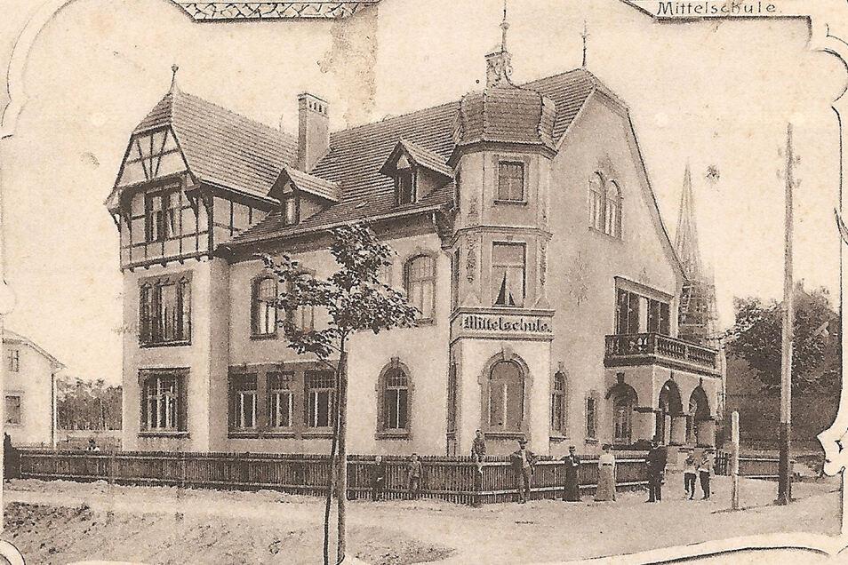 """Diese historische Postkarte der einstigen Mittelschule am Bautzener Berg bereitete Marcus Henschel einst viel Kopfzerbrechen. Die Karte weist, außer dem Schriftzug """"Mittelschule"""", nämlich keinerlei Hinweise auf den Standort aus."""