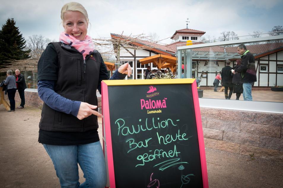 Manuela Neumann, Event-Managerin im Bürgergarten Döbeln, freut sich mit den Gästen, dass wenigstens ein kleiner Teil der Mai-Traditionen fortgeführt werden konnte.