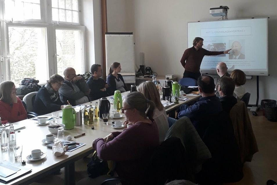 Benjamin Winkler von der Amadeu-Antonio-Stiftung klärt regelmäßig in Vorträgen über das Thema Verschwörungsideologien auf.