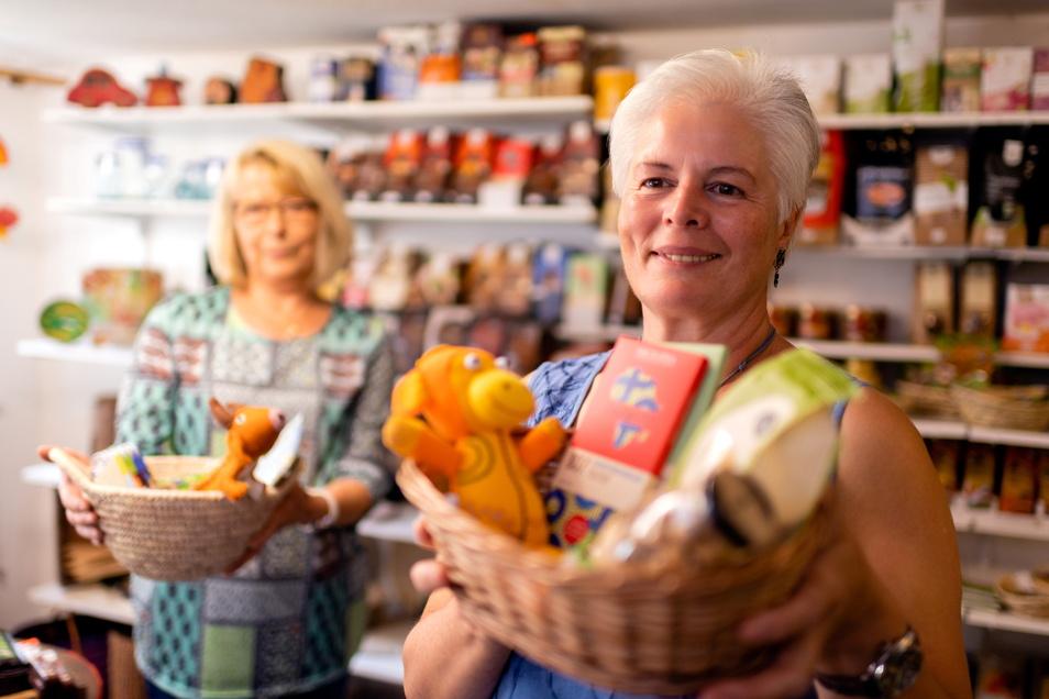 Seit 30 Jahren schon engagiert sich Vereinschefin Ursula Vanek (vorn) gemeinsam mit Mitstreitern wie Irene Hinzmann für den Eine-Welt-Laden in Schirgiswalde und sorgt für Unterstützung in armen Ländern.