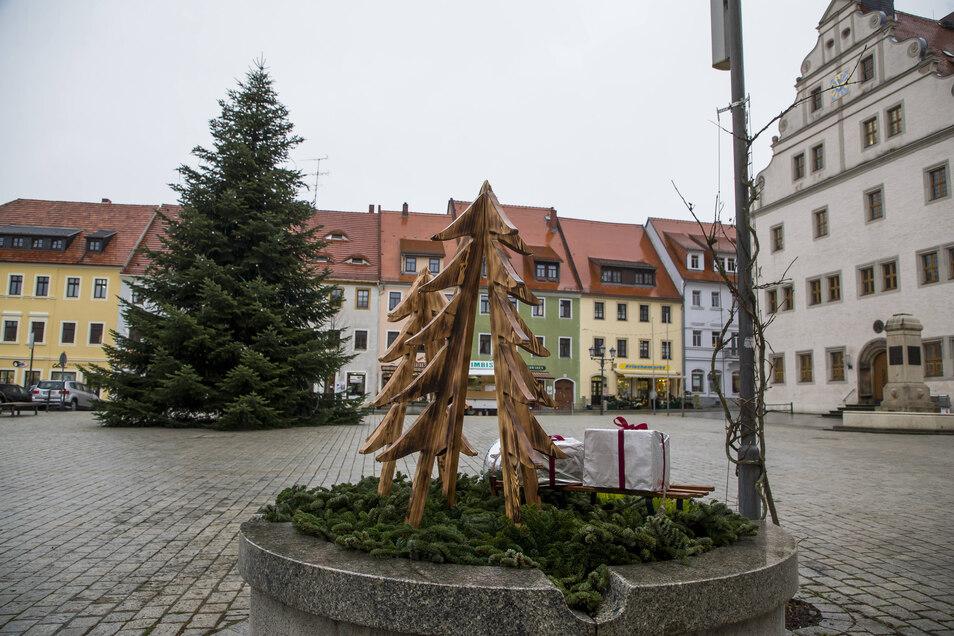 Die Brunnen auf dem Markt in Dippoldiswalde sind dieses Jahr zum ersten Mal auch weihnachtlich geschmückt.