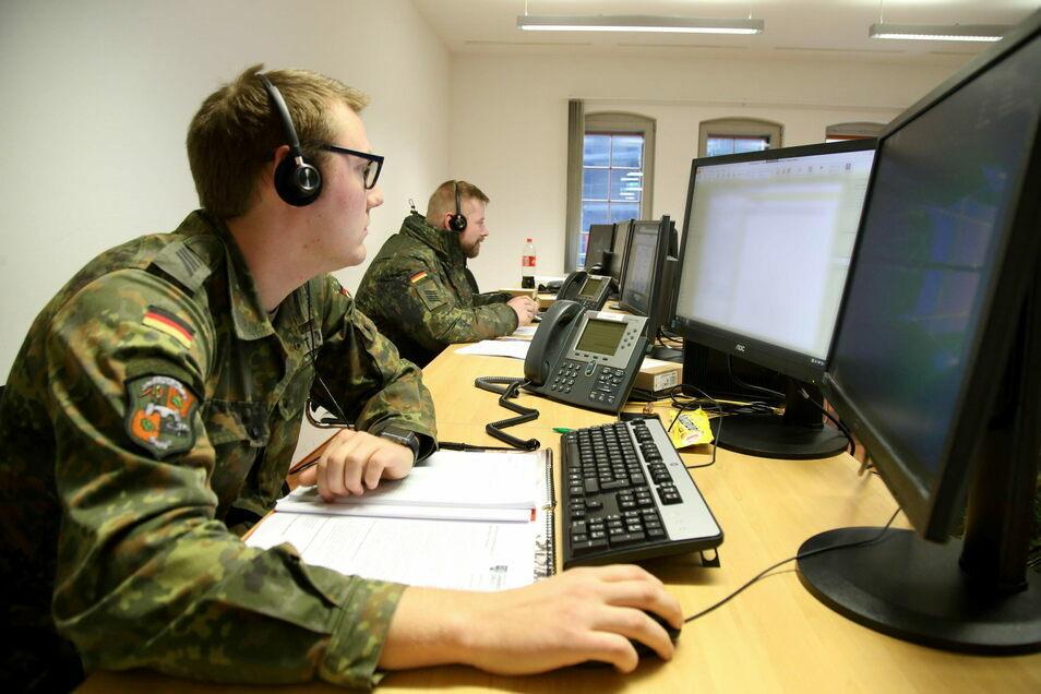 Soldaten der Bundeswehr unterstützen den Landkreis bei der Nachverfolgung von Corona-Kontaktketten. Auch in Kliniken im Kreis tun sie Dienst.
