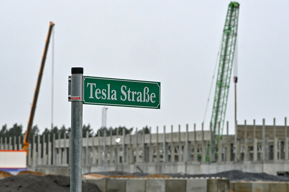 Der US-Elektroautohersteller Tesla will im Juli 2021 in Grünheide mit der Produktion beginnen.