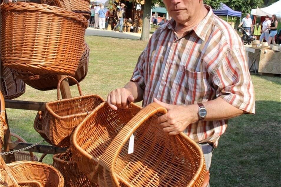 Korbmacher Detlef Gedrange ist gern auf Märkten zu Gast.