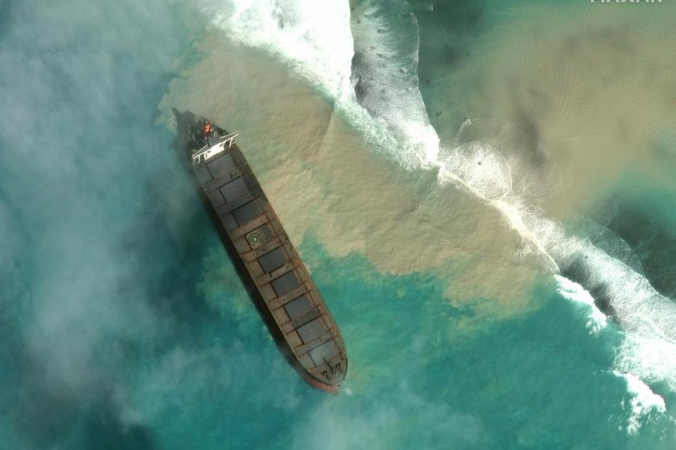 Der Frachter ist auf Grund gelaufen und verliert Öl. Das Schiff liegt etwa zwei Kilometer vom Festland entfernt in einer Lagune nahe mehrerer Naturschutzgebiete.