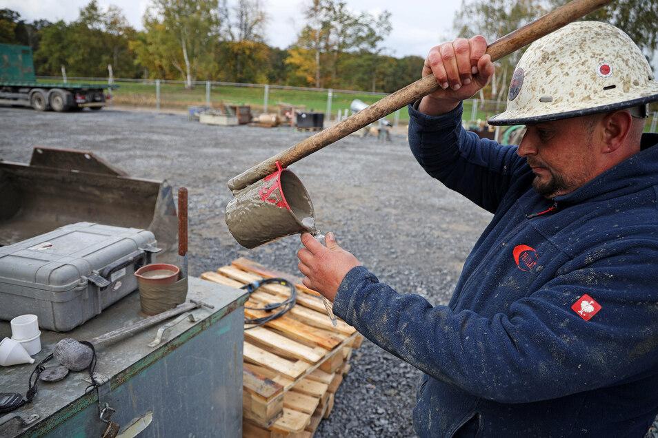 Ein Arbeiter prüft die Viskosität der Bohrspühlung. Sie dient als Gleit- und Kühlmittel und stabilisiert den gebohrten Tunnel.