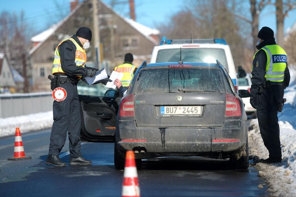 Es gelten wieder schärfere Einreiseregeln an der tschechischen Grenze. Die Bundespolizei kontrollierte Fahrzeuge aus Tschechien in der Leutersdorfer Straße in Seifhennersdorf.