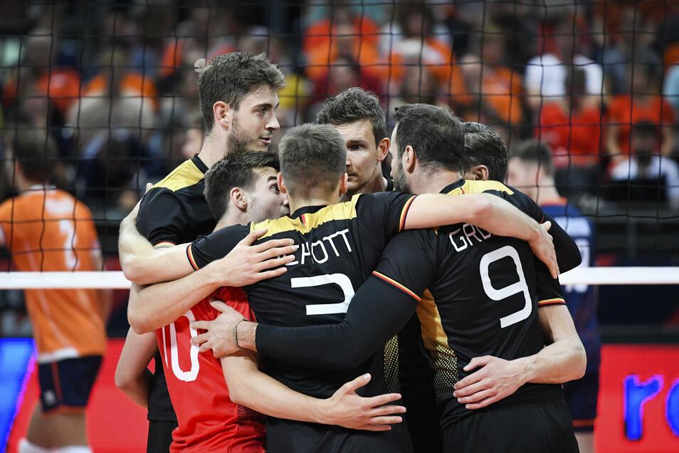 Die deutschen Volleyballer freuen sich über den Einzug ins Viertelfinale.
