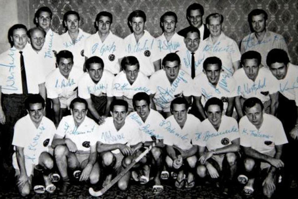 Ein Bild mit begehrten Autogrammen: Das sind die DDR-Hockey-Helden der Sommerspiele 1964 in Tokio, darunter die beiden Dresdner Dieter Ehrlich (hinten in der Mitte) und Klaus Träumer (vorn rechts).