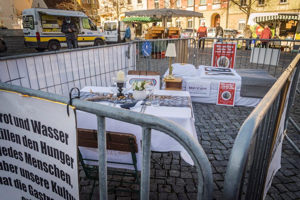 Mit einer Inszenierung auf dem Rathausplatz wurde am Mittwoch gegen die aktuellen Corona-Beschränkungen unter anderem für die Gastronomie protestiert.