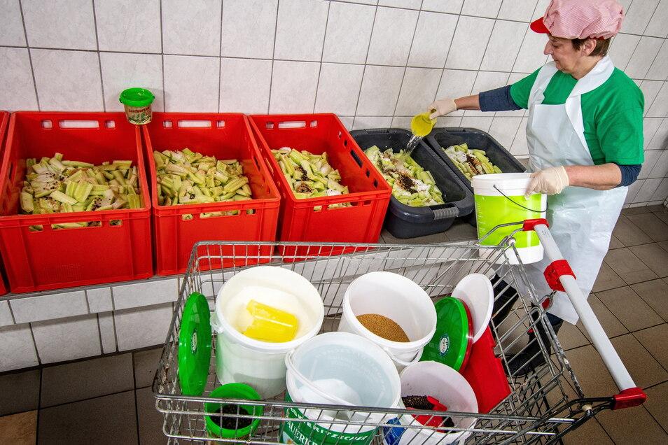 Gurken und Gewürze, soweit das Auge reicht: So sieht es in der Produktionshalle für Gurkenspezialitäten in Stauchitz aus.