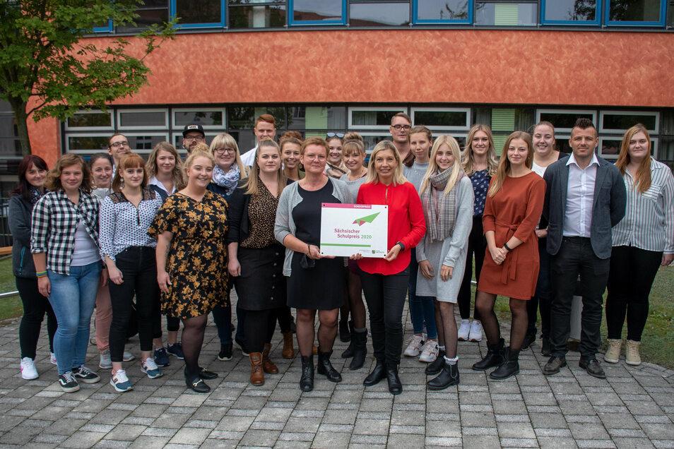 Die Lehrerinnen Tanja Nagel (vorn links) und Kati Kuhr nehmen für die Erzieherklasse des dritten Lehrjahres am BSZ den Sächsischen Schulpreis entgegen.