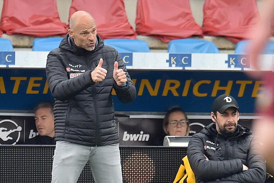 Zwei Daumen nach dem zweiten Sieg binnen vier Tagen: Alexander Schmidts Einstand bei Dynamo ist der erhofft erfolgreiche.