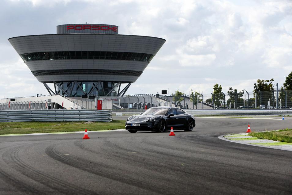 Rennsportflair: Im Leipziger Porsche-Werk gibt es einen Rundkurs, auf dem sich Autos wie dieser elektrisch angetriebene Taycan testen lassen.