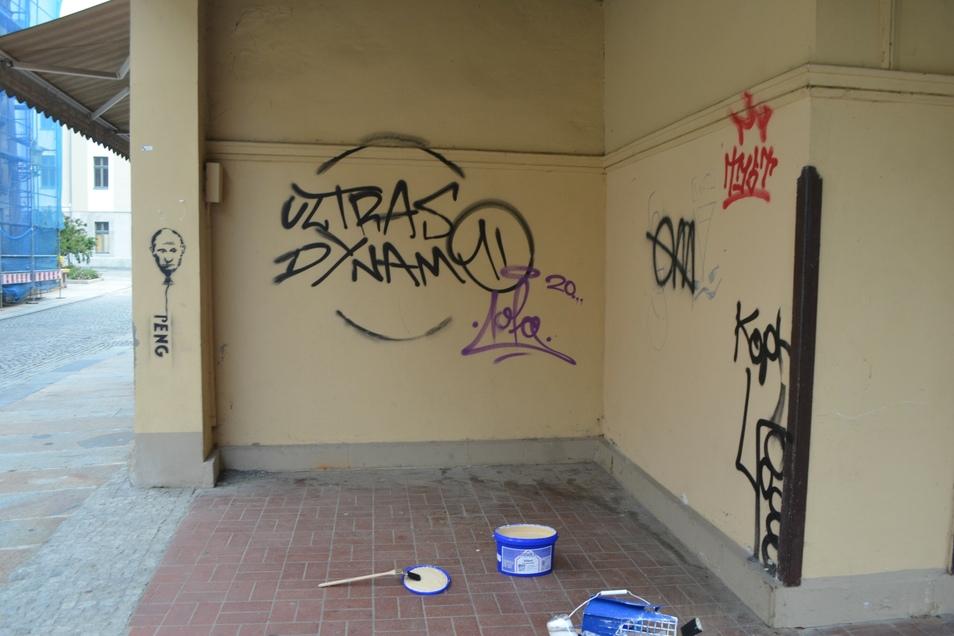 Die Graffiti haben die Helfer überstrichen