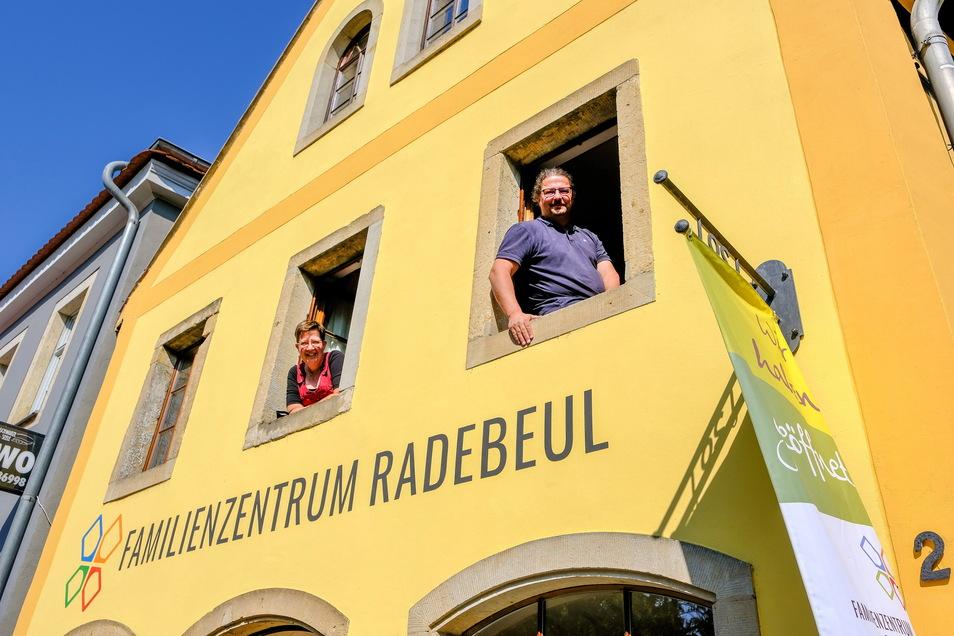 Anja Schenkel und Mathias Abraham von der Familieninitiative Radebeul schauen optimistisch aus den Fenstern des Familienzentrums. Der lange Lockdown hat ein großes Loch in den Finanzen des Vereins gerissen.