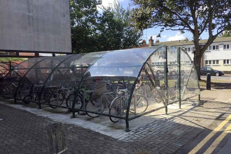 """Ein überdachter Fahrrad-Abstellplatz in einem der Mini-Hollands von London. """"Mini-Hollands"""" werden drei Außenbezirke Londons genannt, die mit jeweils 30 Millionen Pfund (rund 33,4 Millionen Euro) Zuschuss von der Stadt fahrradfreundlicher gemacht wurden."""