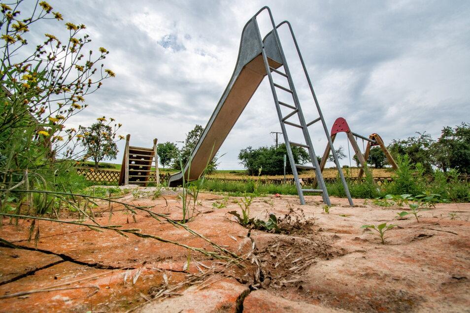 So sieht es im Moment auf dem gesperrten Spielplatz in Gorschmitz aus.