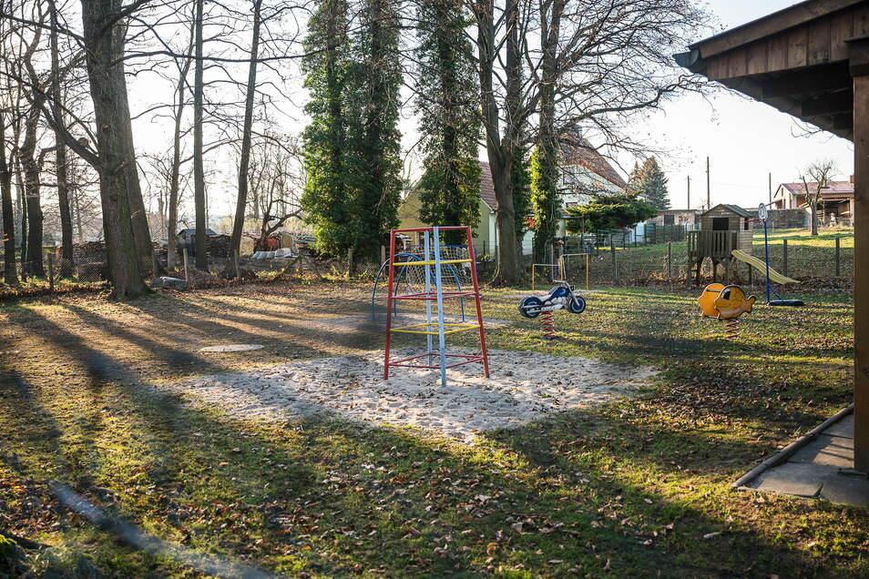 Der Spielplatz am Schloss Gersdorf. In diesem Gebäude zog die Schkola ein. Der Spielplatz wird von den Schulkindern genutzt, er ist aber auch öffentlich.