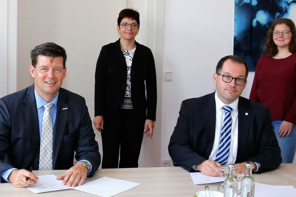 Im Beisein von Kanzlerin Frau Hollstein und Studierendenrat Frau Bell unterzeichnen Hochschulrektor Prof. Dr.-Ing. Kratzsch und Barmer-Geschäftsführer Kebbekus den Vertrag.
