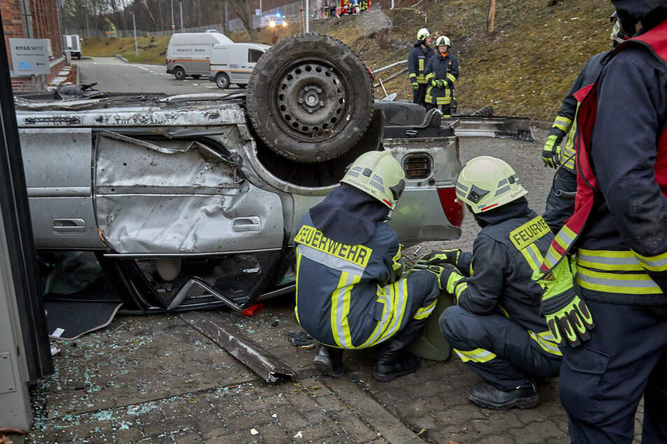Der Fahrer krabbelte nach dem Überschlag selbst aus dem Auto. Er kam verletzt ins Krankenhaus.