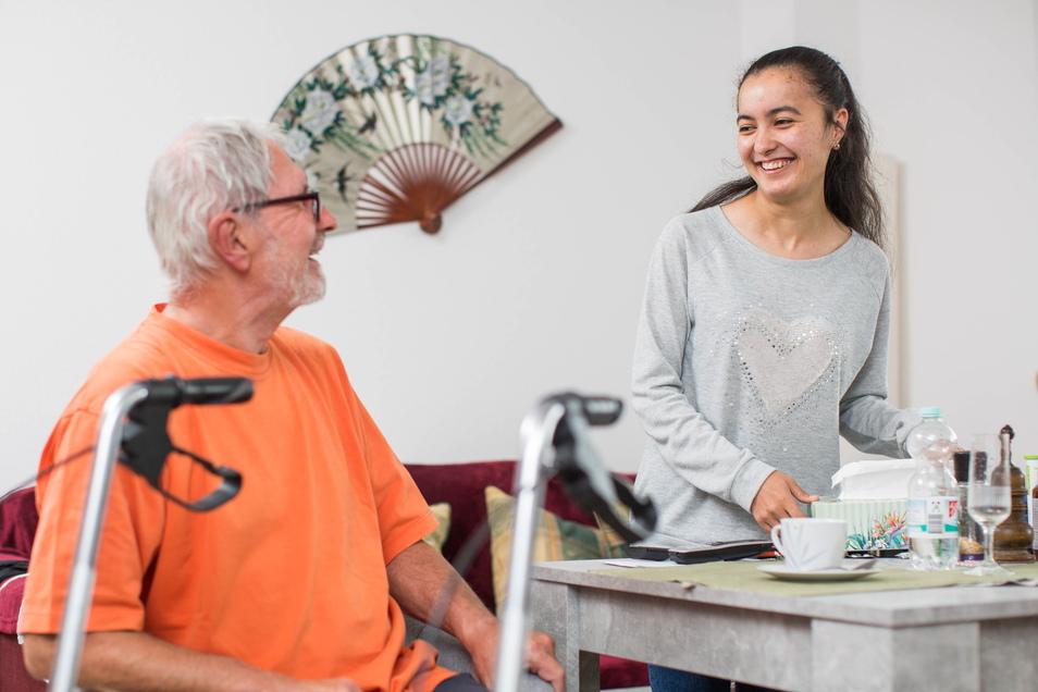 Javohira Inoyatova kommt aus Tadschikistan und macht in Dresden ihren Bundesfreiwilligendienst in der Pflege. Foto: Sven Ellger