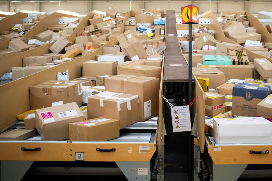 Blick in ein Paketzentrum von Deutsche Post und DHL. Die meisten Sendungen kommen von wenigen ganz großen Onlineshops.