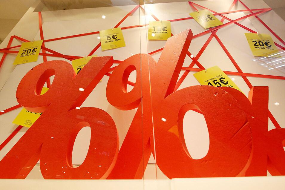 Knallige Schilder locken die Kunden zum Sale.