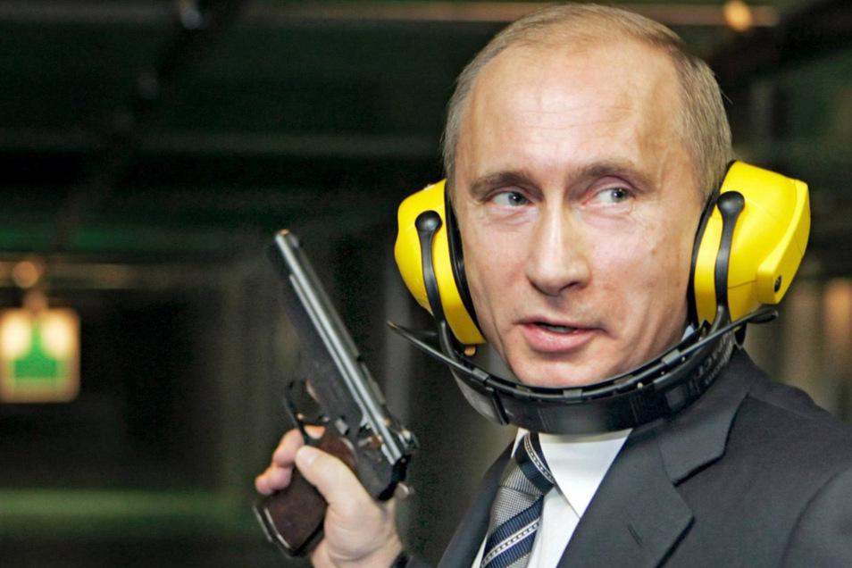 Putin testet im November 2006 den Schießstand im neuen Hauptsitz des russischen Geheimdienstes.