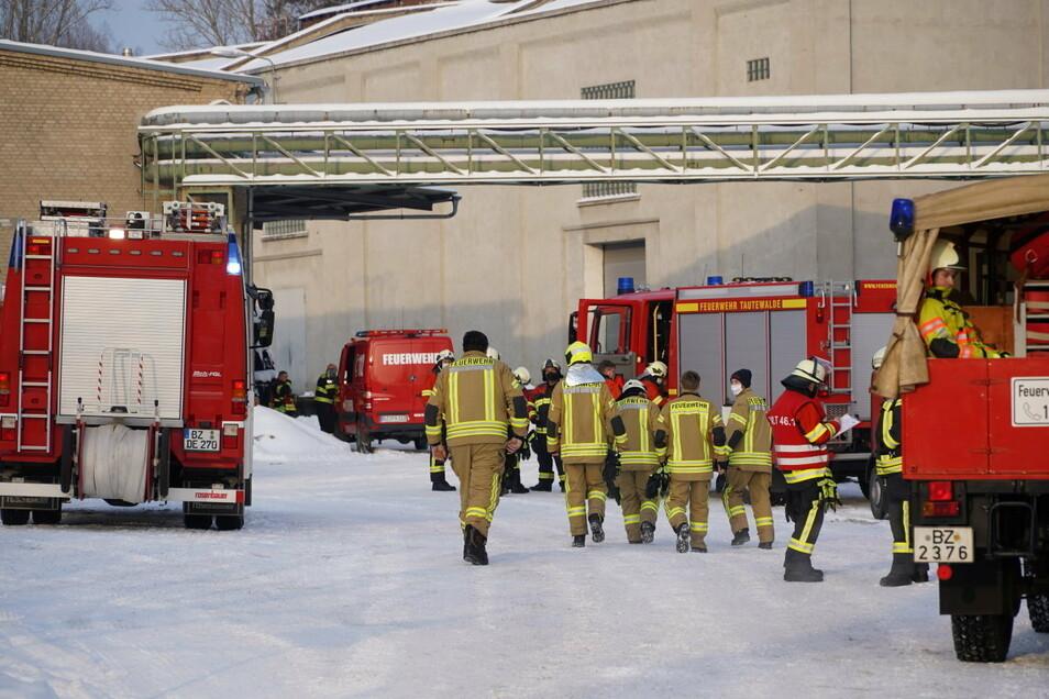 Mit einem Großaufgebot rückte die Feuerwehr am Mittwochmorgen zur Vegro Teppichboden GmbH nach Kirschau aus.
