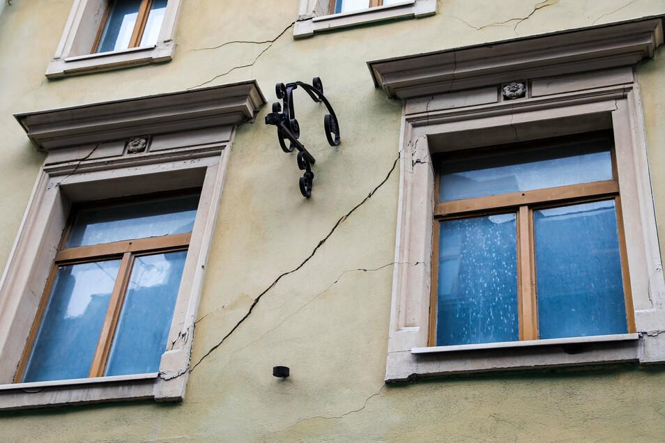 Problem Nummer 4: Leerstehende Häuser: So wie hier in der Inneren Weberstraße 10 zeigt sich die Baufälligkeit, die auch zu einer Gefahr werden kann. Die Mitarbeiter vom Ordnungsamt müssen die Verkehrssicherheit der leerstehenden Bauten regelmäßig überprüfen.