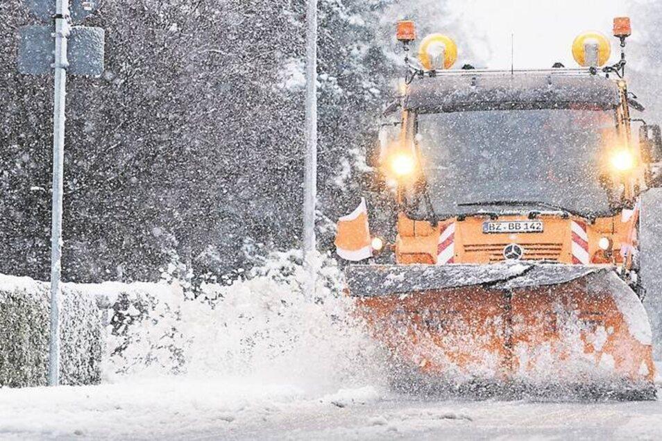 Kälte, Schneefall und Sturm: Dieses Trio könnte heute Straßen in und um Bautzen in Rutschbahnen verwandeln. Es wäre der erste echte Einsatz des Winterdienstes in dieser Saison. Vergangenes Jahr waren die Räumfahrzeuge schon im November unterwegs – hier im