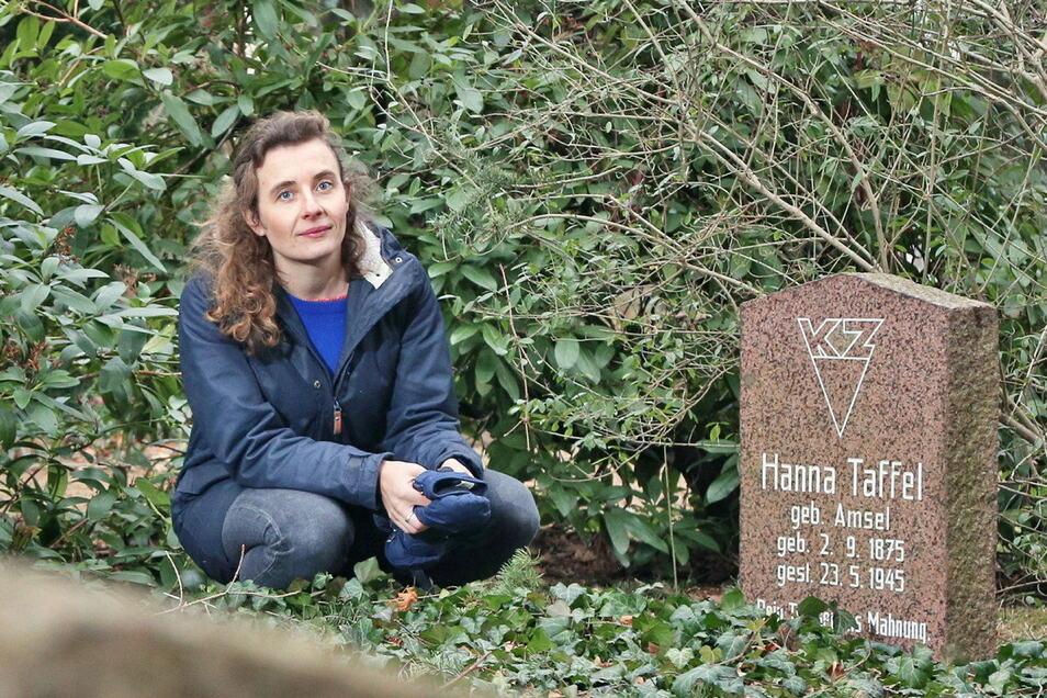 Nora Manukjan an einem Gedenkgrab auf dem Riesaer Trinitatisfriedhof.