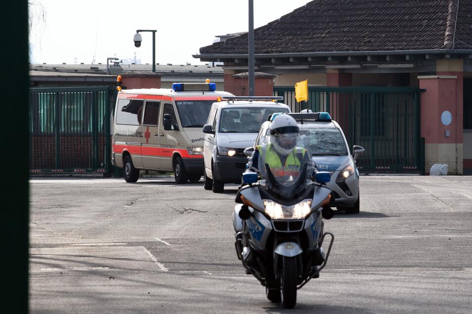 Von der Polizei eskortiert fährt ein Krankenwagen vom militärischen Teil des Flughafens Tegel mit einem Rückkehrer aus der chinesischen Stadt Wuhan zur Quarantänestation.