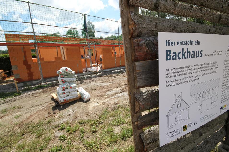 Innerhalb einer Woche wurden die Außenwände des künftigen Backhauses auf dem Gelände des Erlebnishofes Krabat-Mühle in Schwarzkollm hochgezogen.