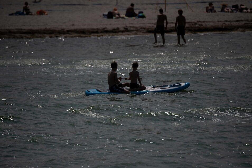 Blick auf den Strand im Seebad Lubmin. Viele Ostseebäder machen derzeit mit Aushängen auf die Gefahr durch Vibrionen aufmerksam.