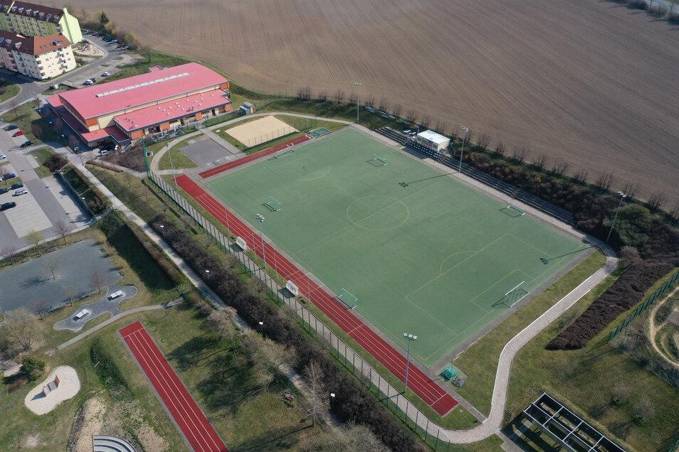 Dieses Jahr soll der Fußballplatz im Dippser Sportpark einen neuen Belag erhalten. Derzeit werden die Firmen dafür gesucht.