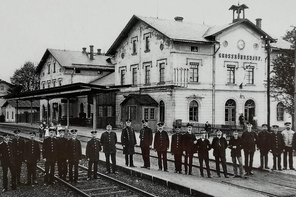 Viele Bahnhöfe befinden sich entlang der Strecke Kamenz-Radeberg. So auch der in Großröhrsdorf - hier eine Aufnahme vom August 1913 bereits mit solider Bahnsteigüberdachung.