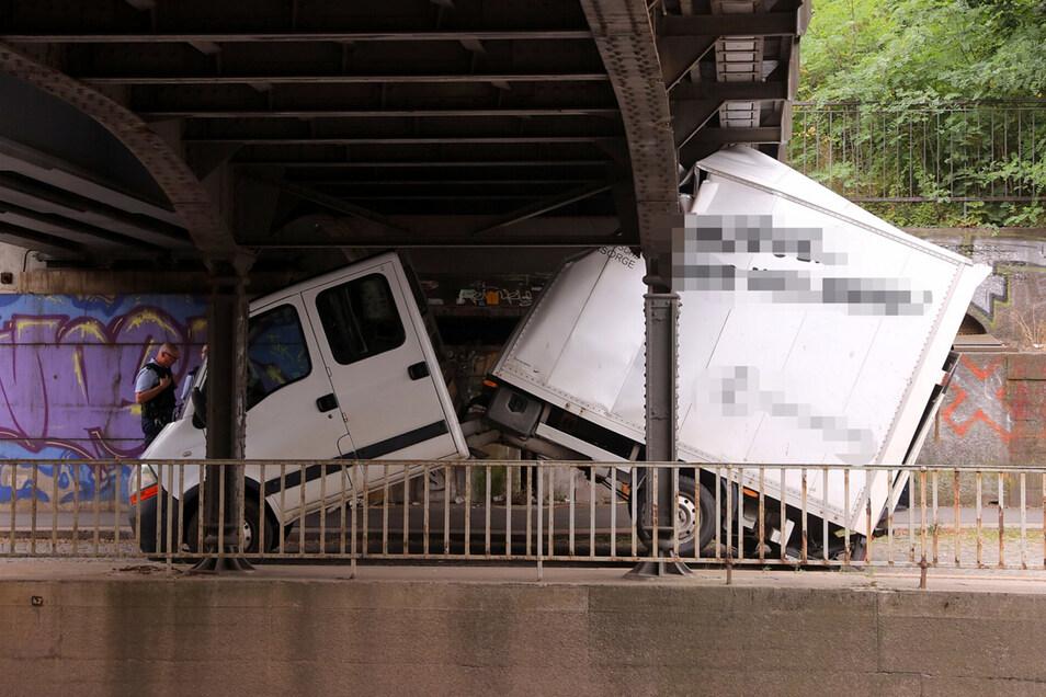 Der verunglückte Transporter steckt unter der Bahnbrücke fest.