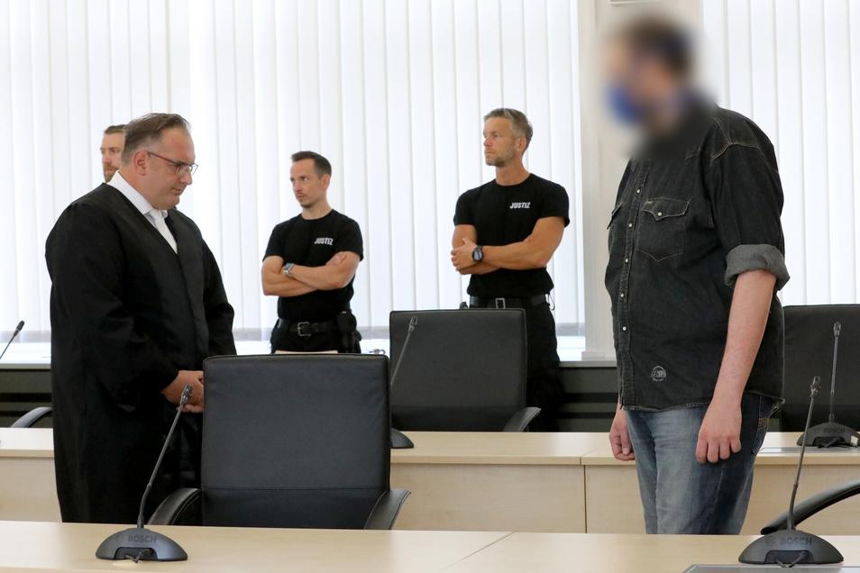 Verteidiger Jens Otte (l) wartet mit dem Angeklagten im Prozess wegen Doppelmordes an den Eltern im Saal des Landgerichts auf den Prozessauftakt