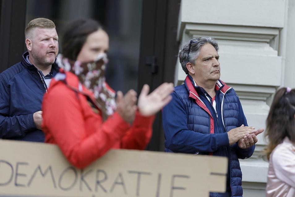 In Görlitz ist der Allgemeinmediziner Ralph Tinzmann (r.) schon im Frühjahr das Gesicht des Protests gegen Corona-Beschränkungen gewesen. Er hält die Maskenpflicht für Unsinn.
