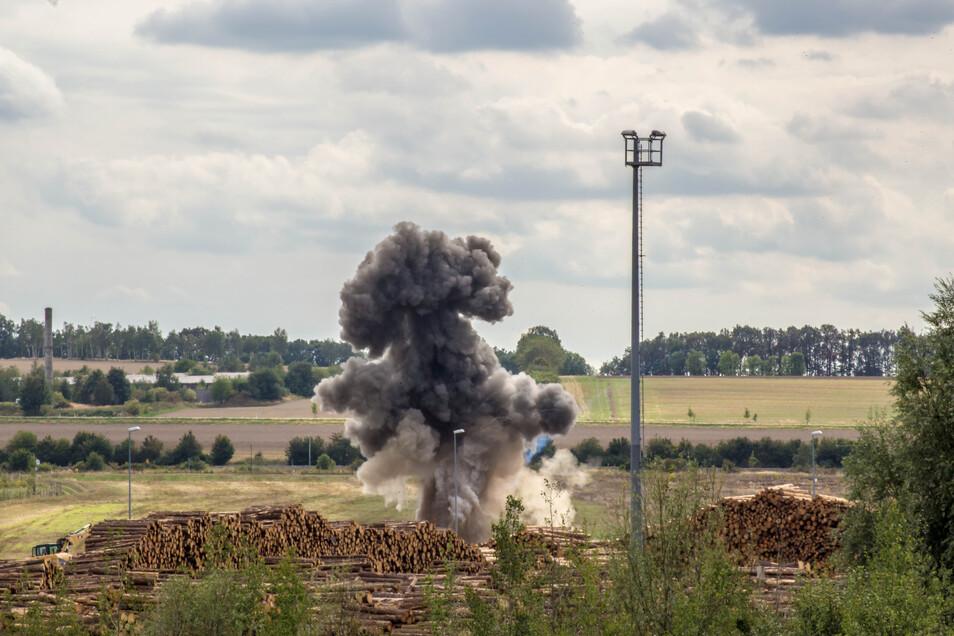 """Und es hat """"Bumm"""" gemacht: Mit einer kontrollierten Sprenung wurde die Brandbombe aus dem Zweiten Weltkrieg zerstört."""