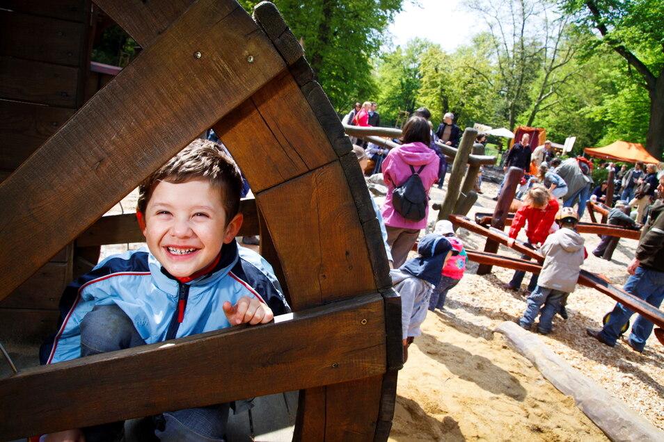 Seit seiner Einweihung Anfang Mai 2010 ist der Spielplatz im Görlitzer Stadtpark einer der beliebtesten der Stadt - ja sogar darüber hinaus. Der damals sechsjährige Oscar Hanke aus Radebeul war eines der ersten Kinder, die von ihm Besitz ergriffen.
